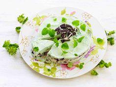 Jäätelöstä ja murennetuista kekseistä syntyy kesän helpoin kakku. Halutessasi voit koristella kakun tuoreilla marjoilla tai hedelmillä.