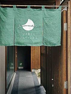 お店は八坂神社の南楼門から南へ100mの、祇園下河原にあります。