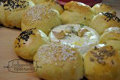 Питки със семена и печен камембер