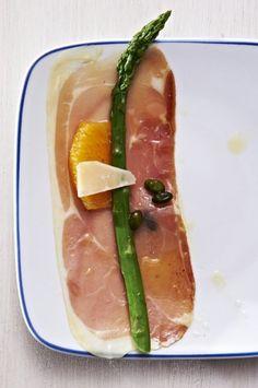 Sałatka ze szparagów z pomarańczą, szynką parmeńską i pistacjami