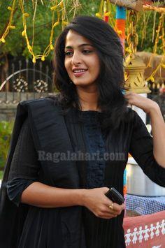 anushka shetty salwar - Google Search Indian Film Actress, Indian Actresses, Indian Look, Salwar Designs, India Beauty, Cut And Style, Bollywood Actress, Medium Hair Styles, Indian Fashion