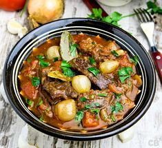 Stifado: a Greek beef stew with tomato and onions - Culy. Healthy Slow Cooker, Healthy Crockpot Recipes, Slow Cooker Recipes, Soup Recipes, Cooking Recipes, Beef Stifado, Greece Food, Go For It, Greek Recipes