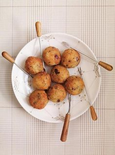 Meatless meatballs: veggie balls with chickpeas and quinoa Good Food, Yummy Food, Awesome Food, Yummy Recipes, Vegetarian Meatballs, Les Croquettes, Kalamata Olives, Meatball Recipes, Quinoa