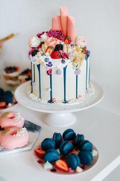 gâteau décoré avec des vraies fleurs