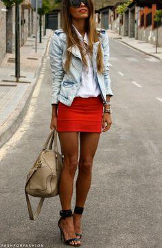 Saia vermelha e jaquetinha jeans <3
