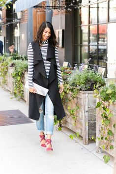 boyfriend jeans w/ striped tee, black duster vest, black wedge booties Sleeveless Trench Coat, Sleeveless Duster, Chic Fall Fashion, Boyfriend Jeans Outfit, Trench Coat Outfit, Fall Outfits, Fashion Outfits, Cardigan Outfits, Weekend Wear