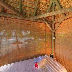 Spa:  12 Doppel-Behandlungs-Suiten (17 Quadratmeter) mit eigener Dusche und Option auf den privaten Garten  Hydrotherapie  Vichy-Dusche  Zimmer für ästhetische Behandlungen mit eigener Dusche  12-Meter-Spa-Pool  Hot Tub  Sauna  Hammam  Paul Mitchell-Friseur  Spa-Boutique