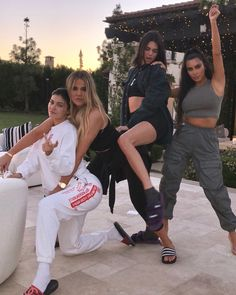 By now (almost) everyone know who Kim Kardashian, Khloé Kardashian, Kourtney Kardashian, Kendall Jenner, Kylie Jenner and even Kris Jenner a. Kourtney Kardashian, Estilo Kardashian, Kardashian Kollection, Familia Kardashian, Kardashian Workout, Estilo Kylie Jenner, Kardashian Style, Kardashian Jenner, Kardashian Family Photo