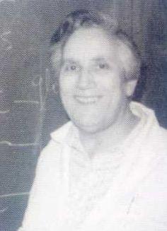 GERTRUDIS DE LA FUENTE (Madrid, 1921).Doctora en Farmacia y profesora de investigación del CSID. Especialista en bioquímica. Cooperó en la Sociedad Española de Bioquímica y profundizó en enzimología. Fue miembro del Panel de Expertos en Enzimología de la Sociedad Española de Química Clínica y Miembro del Complejo Nacional de Prevención de la  Subnormalidad