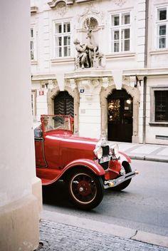 A classic car in Paris My Dream Car, Dream Cars, Vintage Cars, Antique Cars, Vintage Travel, Tuileries Paris, Paris Shopping, Voyage Europe, Paris Ville