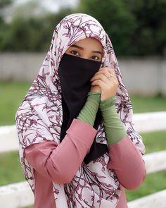 """Nassarud Nussarat di Instagram """"•. """" ถ้าปลี่ยนไขมันเป็นทรัพย์สิน  ฉันคงมีที่ดินหลายพันไร่ """" 😜😂 ผ้าคลุมบาวาข้าวโพด🌽 ( ขนาดใหญ่ ) จัดทรงง่าย ลายสวยมาก  และปลอกแขนมุสลิมะฮฺ…"""" Beautiful Hijab Girl, Beautiful Asian Women, Hijabi Girl, Girl Hijab, Niqab Fashion, Modern Hijab, Hijab Niqab, Islamic Girl, Hijab Dress"""