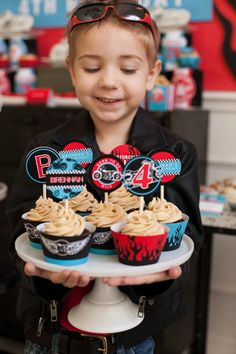 Another cool motorcycle theme cupcake idea. Seems easy enough for those less gifted in the baking talents :-)