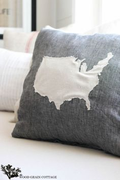 DIY United States Pillow by The Wood Grain Cottage. I like the colors, but do world map instead. Diy Pillows, Decorative Pillows, Throw Pillows, Fun Crafts, Diy And Crafts, Arts And Crafts, Craft Projects, Sewing Projects, Craft Ideas