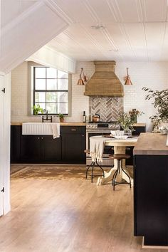 The Eclectic Home Tour of Jenna Sue Design Cottage is stunning. From outdated house to charming, neutral cottage with lots of unique design details. Cottage Kitchen Decor, Cottage Kitchens, Modern Farmhouse Kitchens, Farmhouse Style Kitchen, Rustic Kitchen, Home Kitchens, Cottage House, Farmhouse Plans, Kitchen Ideas