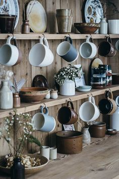 60 Floors for kitchen: models and types of materials - Home Fashion Trend Kitchen Shelves, Kitchen Dining, Kitchen Decor, Ercol Chair, Sweet Home, Chair Pictures, Slow Living, Simple House, Victorian Homes