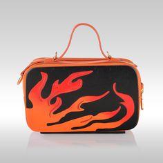 Mini Bag Flame by Francesca Torsi  Minibag in legno nero e pelle arancio con manico e tracolla. Traforo in legno arancio e rosso. Dotata di portacellulare e gancio portachiavi interni.Doppio scomparto con chiusura a zip e dettagli in oro.Una piccola opera d'arte per chi vuole stupire.