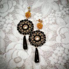 Orecchino filigrana - Superduo, Cipollotti in due colorazioni, Roc. Seed Bead Earrings, Beaded Earrings, Beaded Jewelry, Beaded Bracelets, Beaded Flowers Patterns, Beading Patterns, Jewelry Making Tutorials, Beading Tutorials, Twin Beads