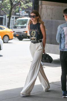 Gigi-Hadid-se-balade-dans-les-rues-de-New-York-arborant-un-look-tres-printanier_exact1900x908_p.jpg (602×908)