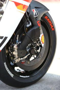 Öhlins, Brembo, Akrapovic, carbon everywhere . Motorcycle Design, Bike Design, Moto Racing, Velentino Rossi, Ducati Motogp, Grand Prix, Course Moto, Bike Engine, Bike Details