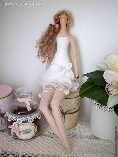Купить или заказать Нежная принцесса Изабелла в интернет-магазине на Ярмарке Мастеров. Нежная принцесса - куколка в стиле Тильда, в цветочном пеньюаре мятного цвета и кружевных чулочках, кудри, гордая осанка и корона на голове, все, как у настоящей принцессы! Принцесса может стать милым украшением для Вашего интерьера или оригинальным подарком. Возможно исполнение в любой цветовой гамме. Перед совершением покупки ознакомьтесь с правилами магазина www.livemaster.