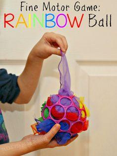 Dit spel stimuleert de fijne ontwikkeling doordat de baby de stofjes uit het balletje moet trekken en daarbij oefent hij het grijpen.