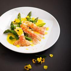 Langoustines poêlées aux asperges vertes et beurre safrané - une recette Le menu aux asperges - Cuisine | Le Figaro Madame