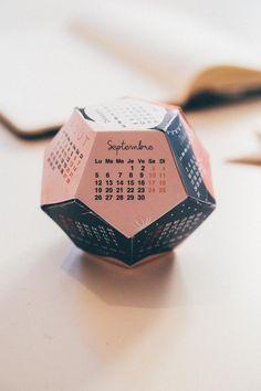 Je vous propose d'imprimer et de fabriquer uncalendrier origamitout doux tout joyeux que cela soit pour vous, ou pour offrir. J'ai voulu un calendrier un peu original et qui vous demandera un tout petit peu de travail (après tout, c'est trop simple de juste imprimer, non ?).
