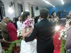 Noivos Sabrina e Junior receiving the bless end...