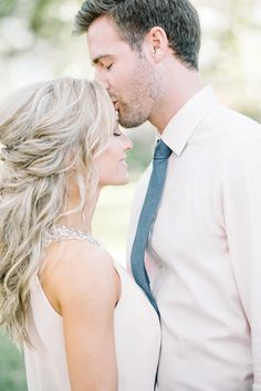 Bright and airy, romantic and elegant, DOWNTOWN CHARLESTON ENGAGEMENT PHOTOS by wedding photographers, Aaron and Jillian Photography // Hair & Makeup by Ash & Co Bridal