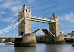 """El Puente de Londres es un puente en Londres (Inglaterra) que cruza el río Támesis, entre City of London y Southwark. Se sitúa entre los puentes de """"Cannon Street Railway"""" y """"Tower Bridge"""" (es comúnmente confundido con este último aunque son puentes distintos). El puente original de Londres fue uno de los más famosos del mundo: era el único puente que cruzaba el Támesis en Londres hasta que se abrió el Puente de Westminster en 1750."""