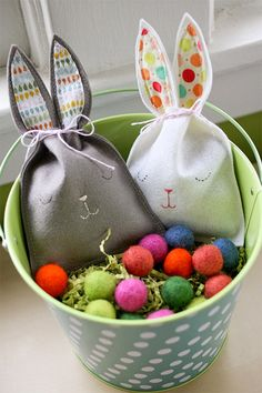 Felt Easter Bunny Bags DIY- so easy to make! Easter Kids Idea: bunny pouch (I really need to get a sewing machine! Spring Crafts, Holiday Crafts, Holiday Fun, Bunny Crafts, Easter Crafts, Easter Ideas, Hoppy Easter, Easter Bunny, Easter Eggs