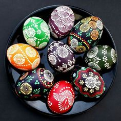 Here you'll find informations about Polish pisanki (decorated Easter eggs): Short history 8 types of Polish Easter eggs Patterns Gallery of Polish pisanki Easter Arts And Crafts, Egg Crafts, Bunny Crafts, Polish Easter, Egg Shell Art, Easter Egg Pattern, Easter Egg Designs, Ukrainian Easter Eggs, Coloring Easter Eggs