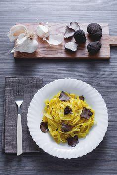 Le #fettuccine sono uno dei formati di #pasta più amati in #Italia! Si possono condire anche molto semplicemente per esaltarne la bontà: ecco quindi le fettuccine al #fungo #tartufo, per un'occasione molto #speciale e per far colpo sulla persona del #cuore. Una cenetta #romantica è l'ideale per godere di questo saporito primo piatto! #ricetta #GialloZafferano #italianrecipe #italianfood #italianpasta #autumnrecipe #autumn