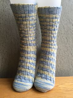 Ravelry: Fidget Socks pattern by Amy Stringer free pattern - toe up Knitting Needle Sets, Lace Knitting, Baby Knitting Patterns, Knitting Socks, Knit Socks, Baby Mittens, Hat Tutorial, Patterned Socks, Knitting For Beginners