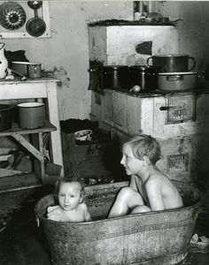 History in Photos: Roman Vishniac Old Pictures, Old Photos, Vintage Photographs, Vintage Photos, Roman, Ddr Museum, Jewish History, My Childhood Memories, The Good Old Days