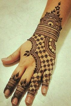 Gloved lace pattern henna