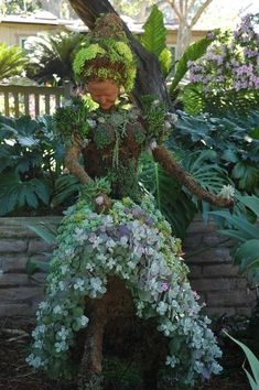 I ran across a photo of an amazing succulent topiary lady and had to find out more about her… I found out that she was created by Pat Hammer, Director of Operations of the San Diego Botanical. Succulent Gardening, Cacti And Succulents, Garden Planters, Planting Succulents, Container Gardening, Garden Crafts, Garden Projects, Face Planters, Pot Plante