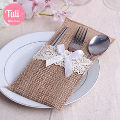 New style Heart Hessian Lace Burlap Cutlery Holder Pouch Rustic Wedding Tableware Decoration Tea Party Setting, Cutlery Holder, Deco Originale, Wedding Favor Bags, Burlap Crafts, Burlap Lace, Jute Bags, Deco Table, Holiday Tables