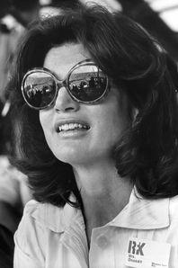 Le 28 juillet 1929 à Southampton, Jacqueline Bouvier voyait le jour. Celle qui fut l'épouse de John F. Kennedy, à jamais associée à cette dynastie au destinées romanesques, teintées de victoires et de tragédies, a marqué son époque par son sens du dévouement mais surtout du style. Tailleur pastel ceintré époque first lady, lunettes oversize et vestiaire Seventies inspirant... Celle qui se maria en secondes noces avec l'armateur grec Aristote Onassis reste un exemple de courage, de lib...