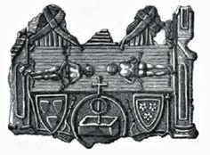 """Medalhão de chumbo do Museu Cluny, dos peregrinos de Lirey, do final do séc. XIV. Achado no rio Sena, em 1855. Os instrumentos da paixão ladeiam os brasões dos 1º proprietários documentados do Sudário de Turim: Geoffroi de Charny, à esq., e Jeanne de Vergy (herdeira do Sudário). No meio há um roundel que simboliza o túmulo vazio. Eles se casaram em 1340. A relíquia foi exposta pela 1ª vez em 1357, um ano após a morte do marido. É visível a trama """"espinha de peixe"""" do linho."""