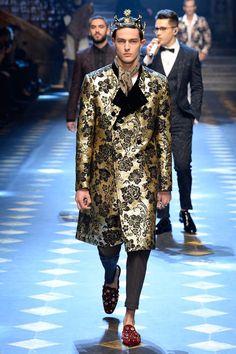 Desfiles: Dolce & Gabbana otoño - invierno 2017-2018 en la semana de la moda en Milán Dolce & Gabbana en su colección DG Prince presenta diseños sexys, llamativos y atrevidos. Con estampados jacquard, toques de rosa y oro, dibujos, volantes, tocados de tul, estampados florales.