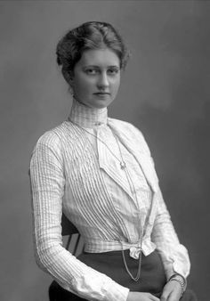 Passé féminin: Photo Photo of a young woman in a pleated shirtwaist blouse. 1900s Fashion, Edwardian Fashion, Vintage Fashion, Edwardian Era, Ladies Fashion, Womens Fashion, Moda Retro, Moda Vintage, Edwardian Clothing
