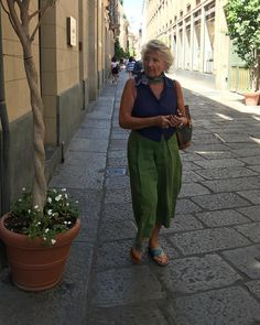 Meet the most stylish older women of Milan, who wear everything from pearls to Prada to go to the shops. Mature Fashion, Older Women Fashion, Stylish Older Women, Normcore Fashion, Italian Women, Iconic Women, Italian Fashion, Street Style Women, Summer Outfits