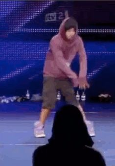 I HAVE NEVER LAUGHED SO HARD POOR HARRY HE REALLY IS TRYING BUT IT IT JUST SO FUNNY (gif)