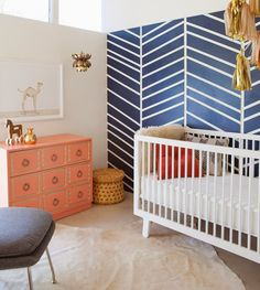 Un dormitorio de bebé con una preciosa cómoda coral · A beautiful nursery with a gorgeous coral chest-of-drawers