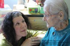 Christine Brault avec une résidente.  © Marie-Hélène Lépine