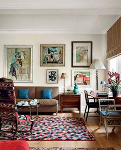 Vibrantly refined 💫 This beautiful living space combines pattern, colour and artwork in a way that feels so sophisticated and creative. With the matching bursts of colour in the rug, cushions and paintings, the busy elements of the room are tied together perfectly. So full of personality! Via @houseandgardenuk 📸 @simonbrownphotography Designed by Chester & Toby Jones