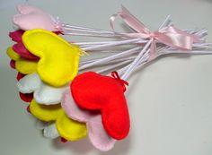 Buquê de corações em feltro com acabamento em cetim.  Contém 20 corações - rosa/pink/vermelho/branco/amarelo R$ 40,00