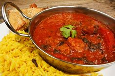 Mix together a classic red beef curry for a spicy dinner dish. Serve with a fresh batch of naan. Crock Pot Curry, Beef Curry, Curry Crockpot, Party Dishes, Dinner Dishes, Indian Beef Recipes, Ethnic Recipes, Tommy Hilfiger Mujer, Rogan Josh