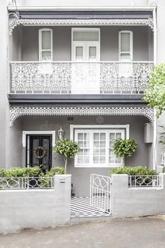 Terrace house paddington sydney Beautiful modernised scheme of highlighted details and balanced contrasts Double frontage helps Trim around front door could alternatively. Terrace House Exterior, Victorian Terrace House, Facade House, Victorian Homes, Exterior Color Schemes, House Color Schemes, Exterior House Colors, Colour Schemes, Exterior Remodel